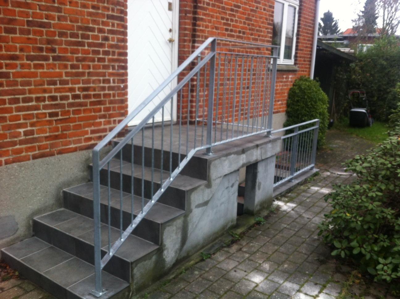 Gelænder og Rækværk på indgangs trappe og kældertrappe