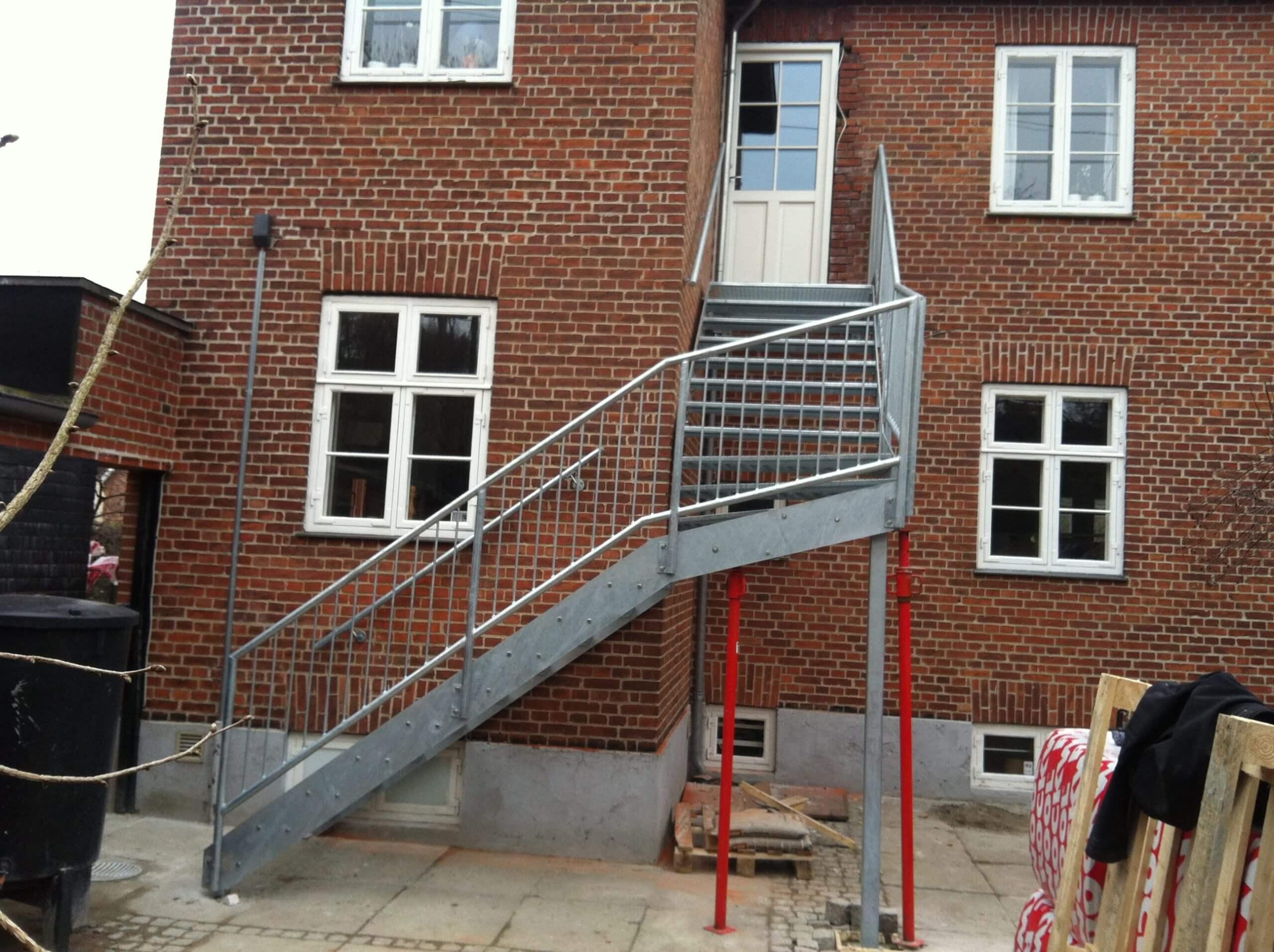 Trappe til indgang på første sal