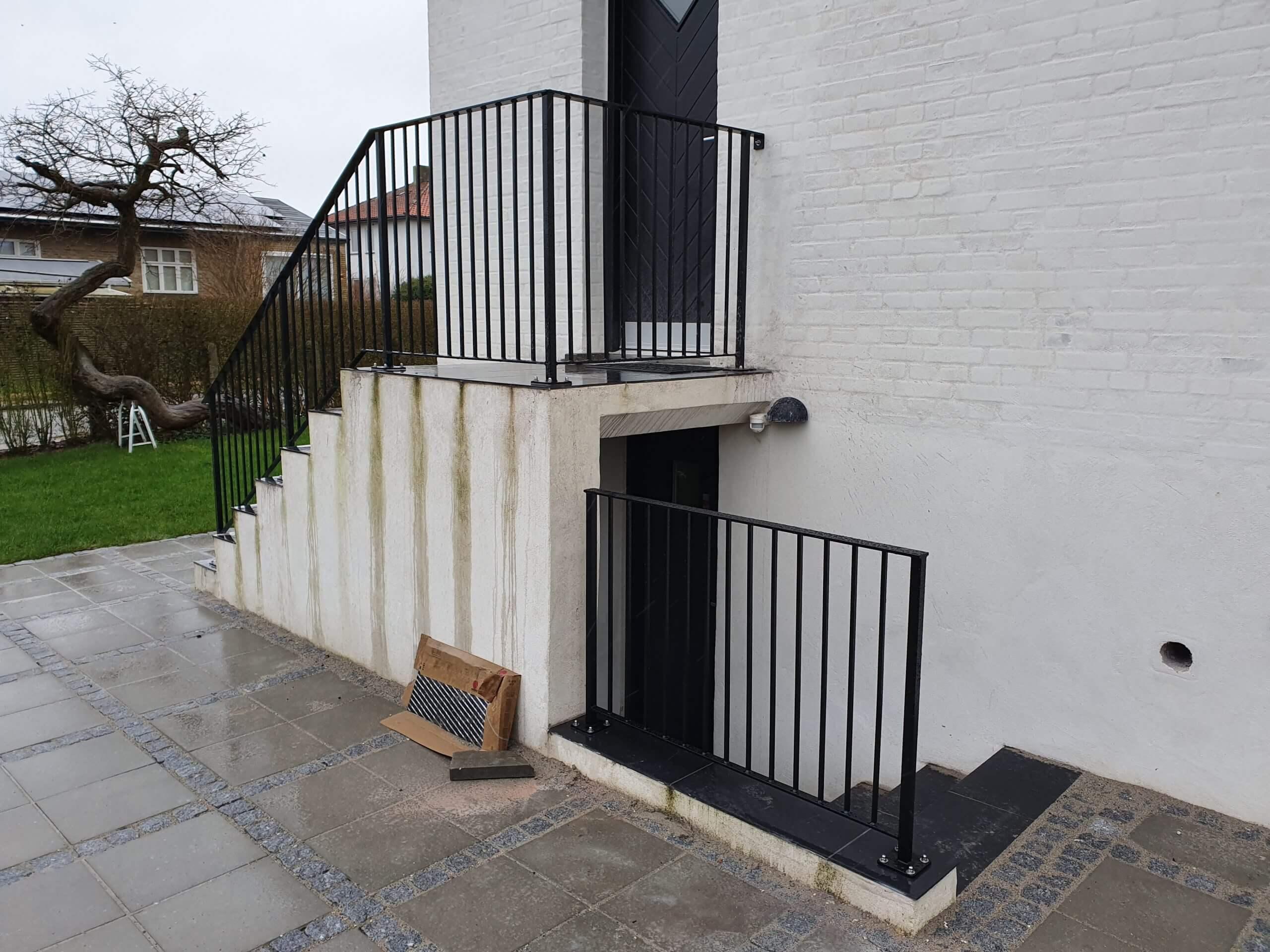 Gelænder og Rækværk til trappe indgang og kælder nedgang