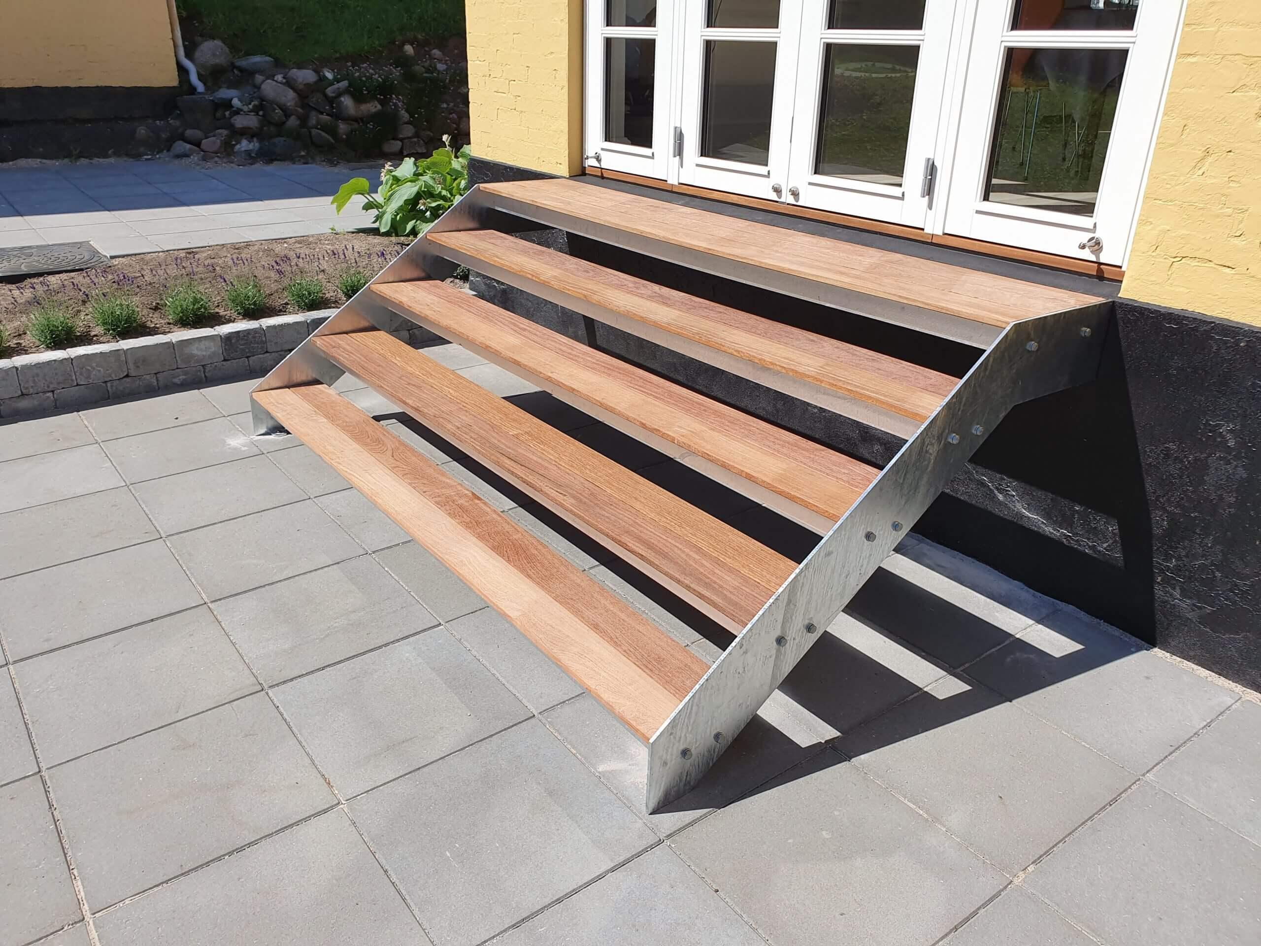 Kom sikkert ud på din terrasse i haven med denne terrassetrappe