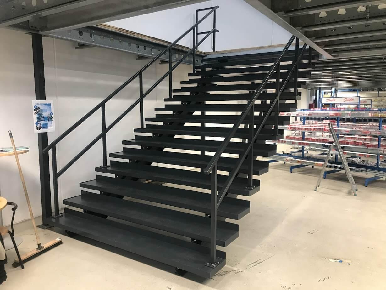 Sortmalet stål trappe til førstesalen