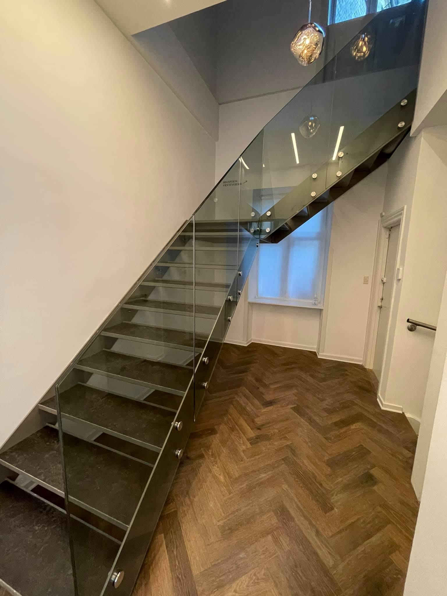 Posi Glaze alu-bundskinnesystem med glas på en trappe