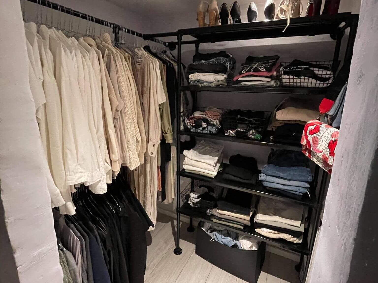 Clamps og fittings her brugt i en smart garderobe løsning