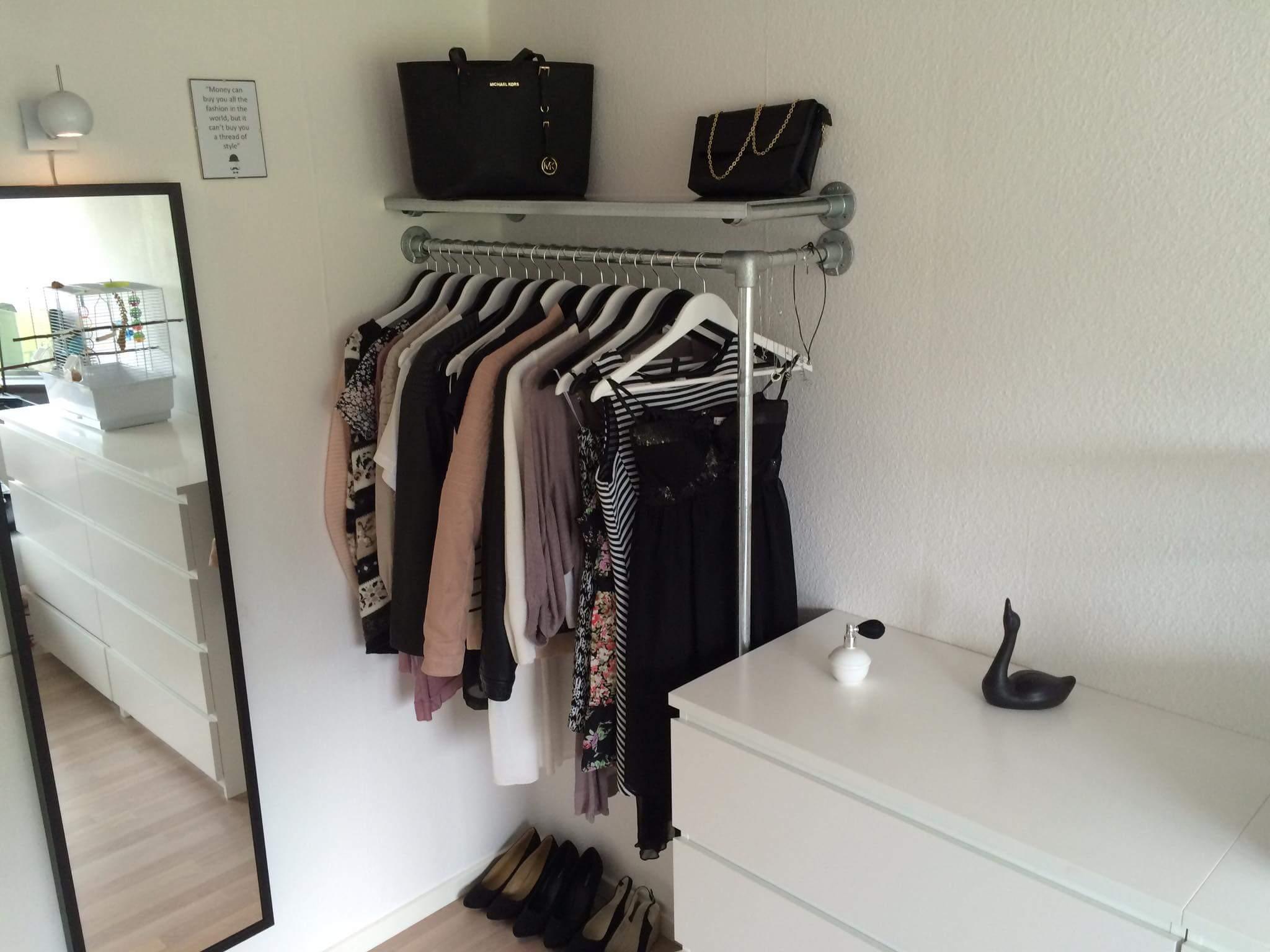 Clamps og fittings er her brugt til et bøjlestativ og taske hylde