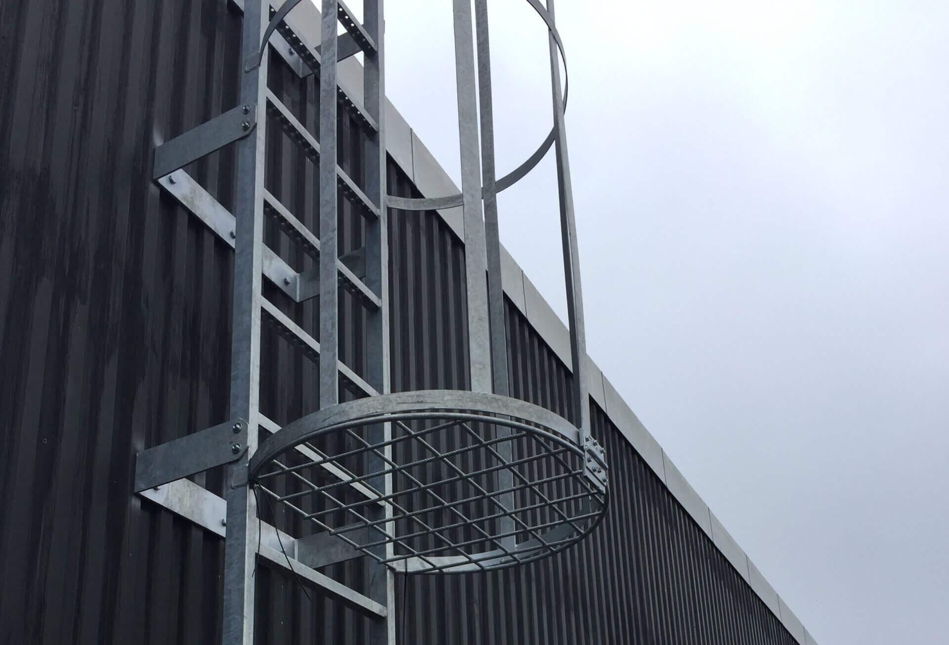 Facadestiger fra Schøller stål som adgangsvej til tag.