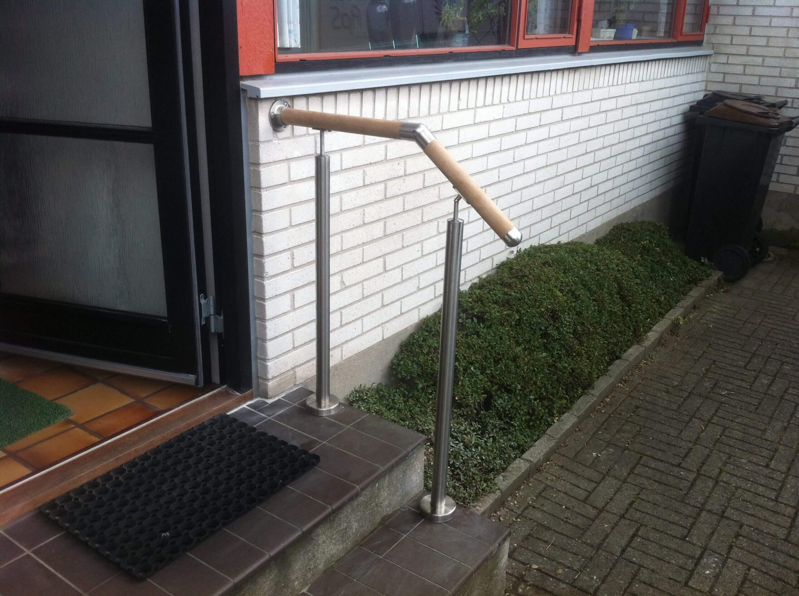 Crosinox gelænder og rækværker, monteret på en indgangs trappe