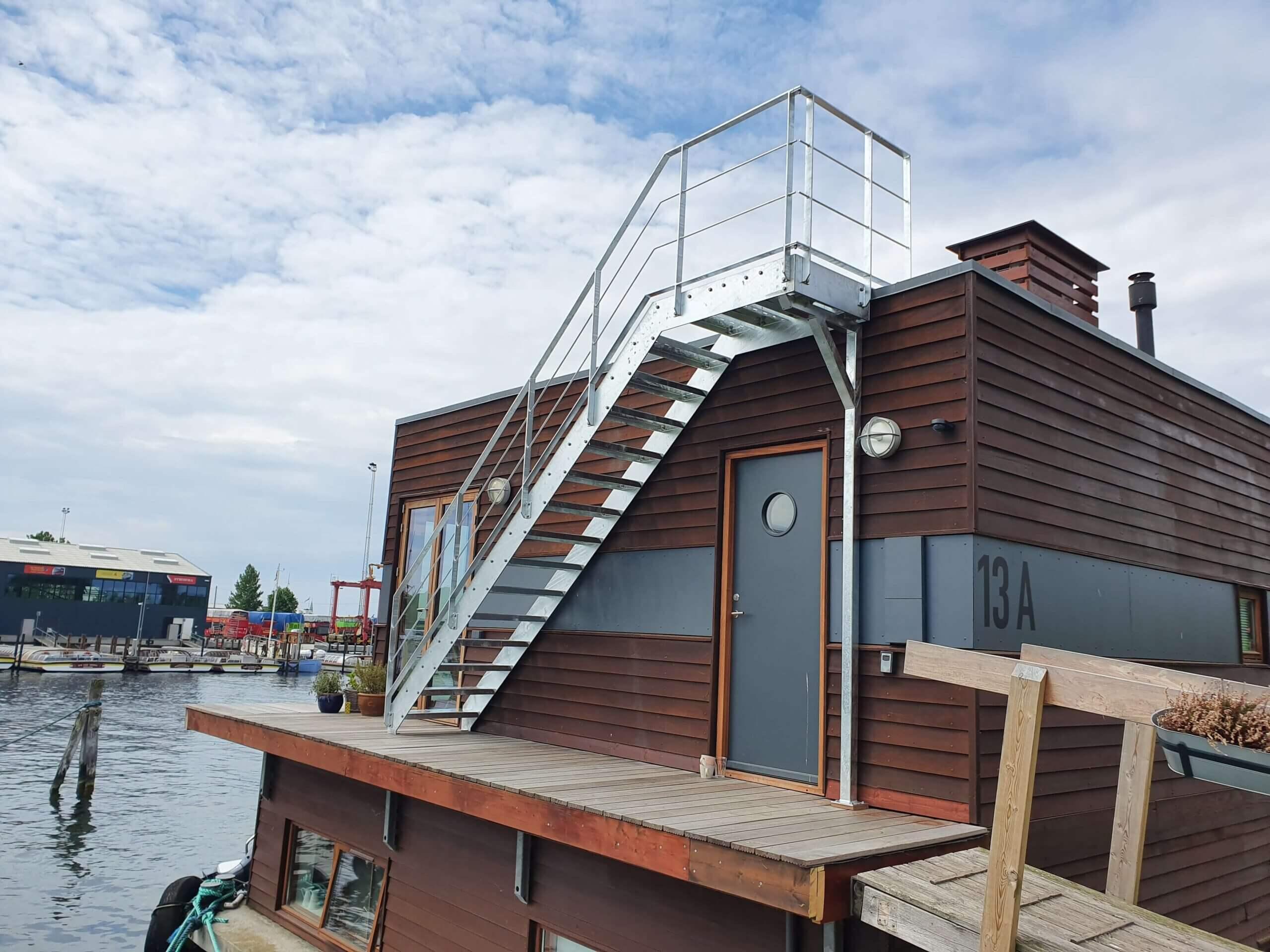Galvaniseret stål trappe monteret på husbåd